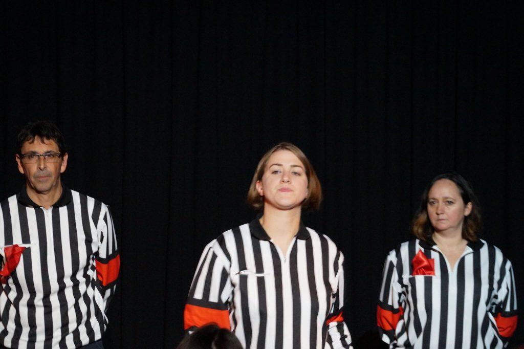 L'arbitre et ses deux assistants